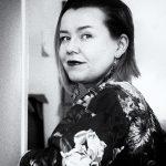 Paula Lehto valokuvaa suomalaisia luonnonkasveja koruiksi
